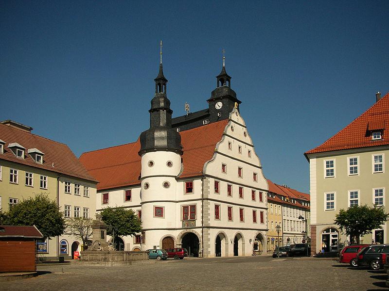 """Hildburghausen, historisches Rathaus, Urheber Bernd Hutschenreuther Lizenz """"Namensnennung - Weitergabe unter gleichen Bedingungen 3.0 Unported (CC BY-SA 3.0)"""""""
